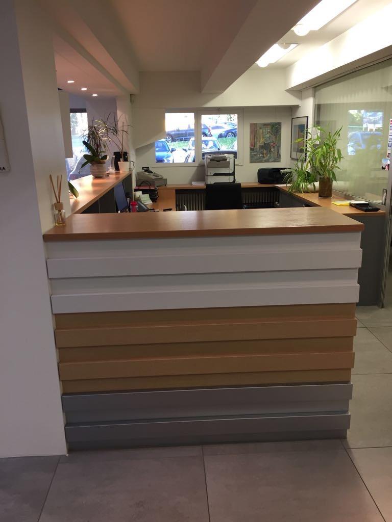Cambio design e colore bancone reception concessionario Mazda