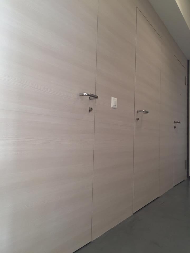 Rivestimento boiserie ingresso e armadi a muro con finiture Fine Wood